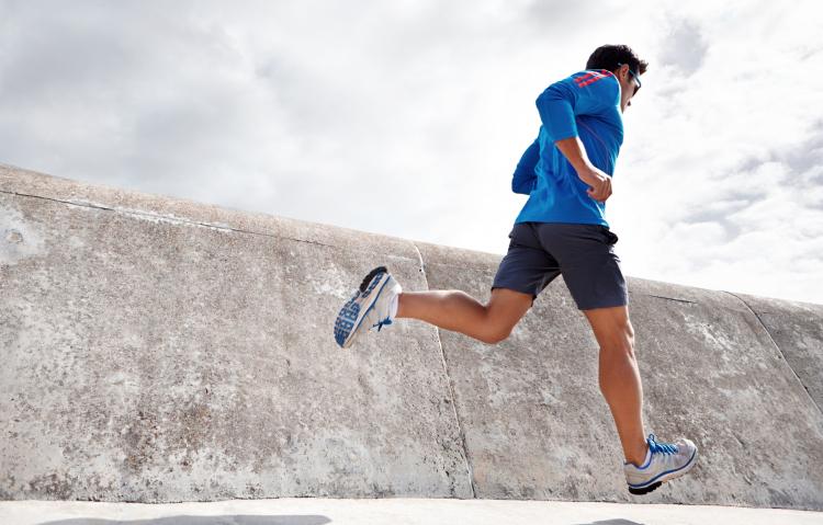 Vue et running : homme qui court avec une paire de solaires adaptées pour plus de confort