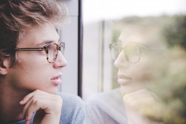 Fatigue oculaire : chasses la fatigue visuelle en appliquant quelques conseils simples et efficaces. Hommes portant des lunettes de vue et regardant au loin