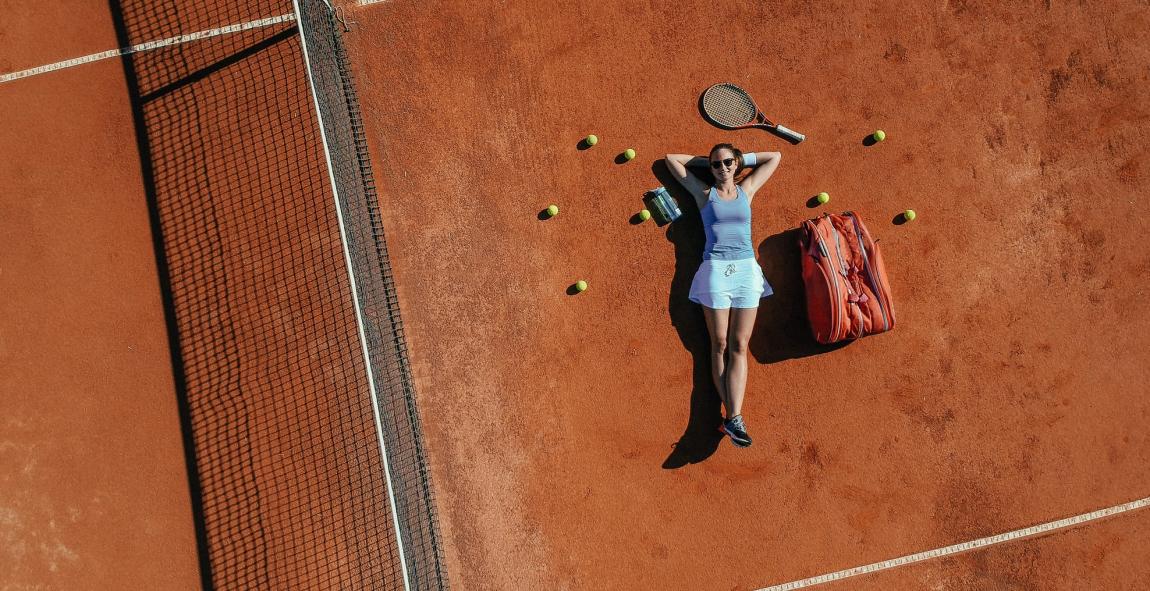 Sport de balle et vue : femme sur un cours de tennis portant des lunettes de soleil adaptées
