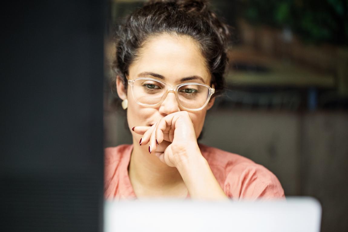 Fatigue visuelle : femme portant des lunettes de vue face à un écran d'ordinateur