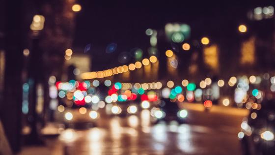 Vue et conduite : la conduite de nuit peut être compliquée à cause de certains éclairages qui peuvent vous éblouir, ou du manque de luminosité. .