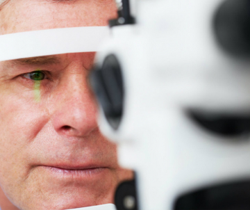 Examen de vue d'un sujet âgé probablement atteint de cataracte